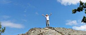 bambino felice in montagna
