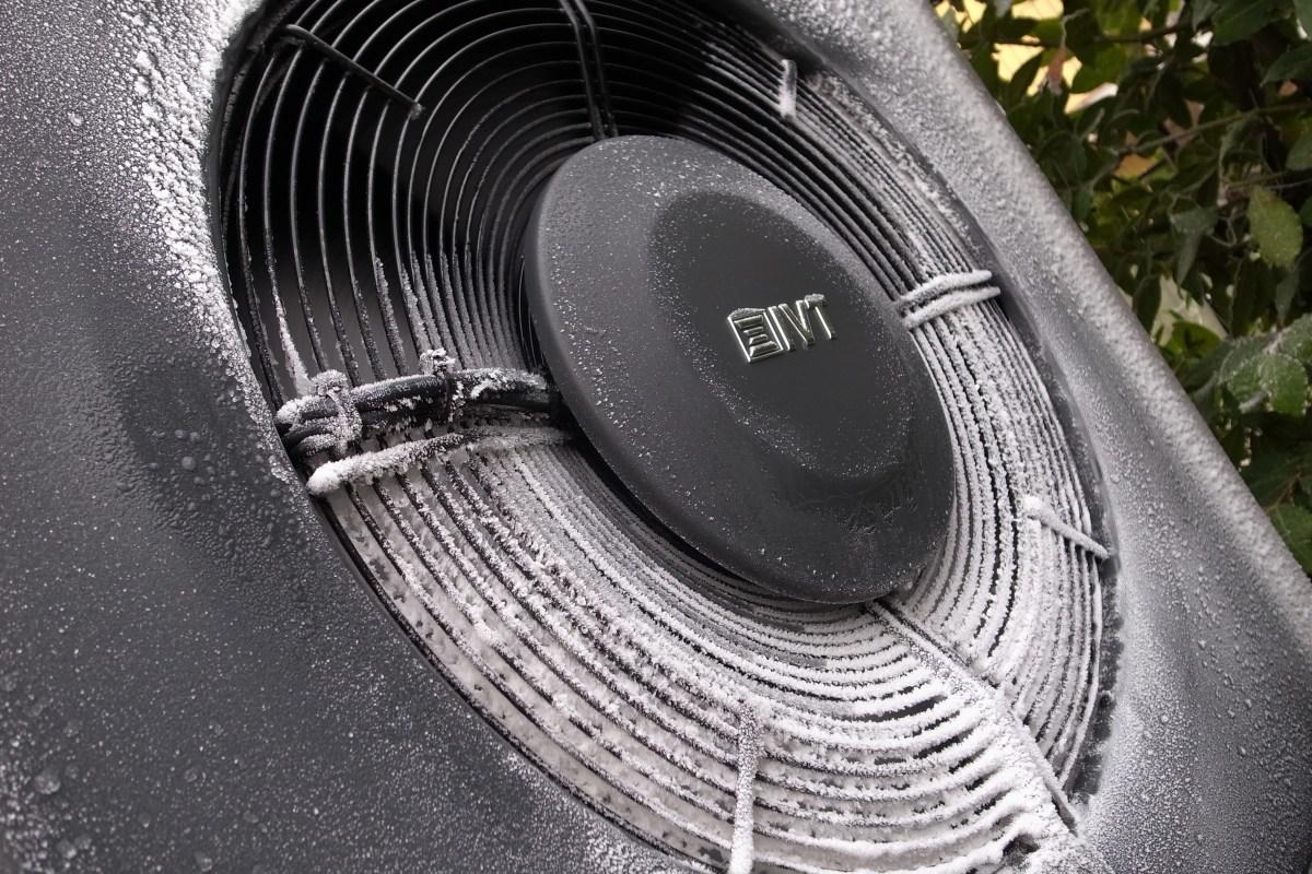 IVT AirX pompa di calore aria-acqua particolare frontale con logo e brina a -5°C esterni e presenza di umidità nell'aria
