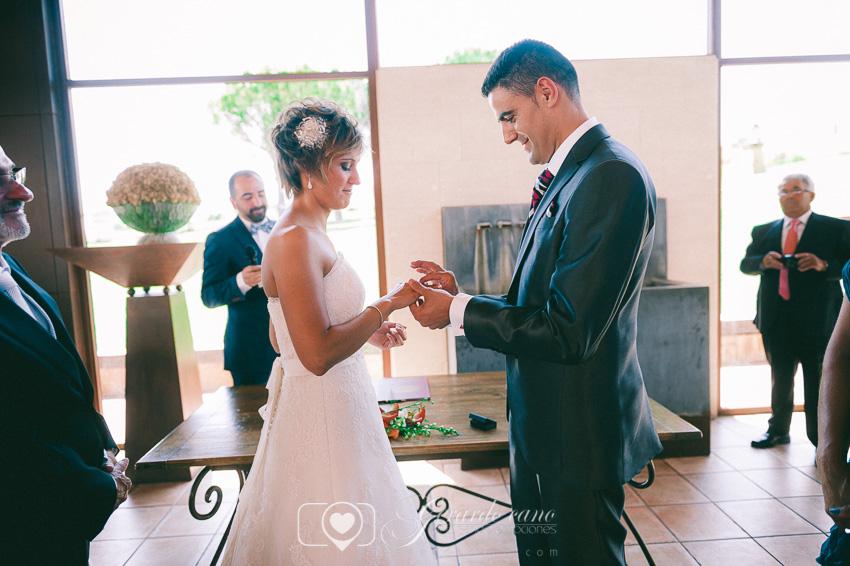Poniendo los anillos de boda en Ceremonia en la boda en Cigarral de Cembranos