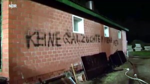 Screenshot Video NDR - http://www.ndr.de/nachrichten/niedersachsen/lueneburg_heide_unterelbe/100-Schweine-verbrannt-Wer-steckt-dahinter,stallbrand156.html