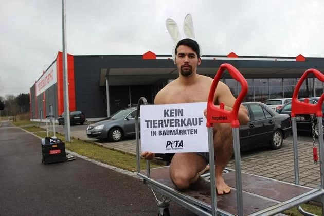 Screenshot: http://www.schwaebische.de/region_artikel,-Peta-Aktivisten-demonstrieren-in-Bad-Waldsee-_arid,10393639_toid,86.html
