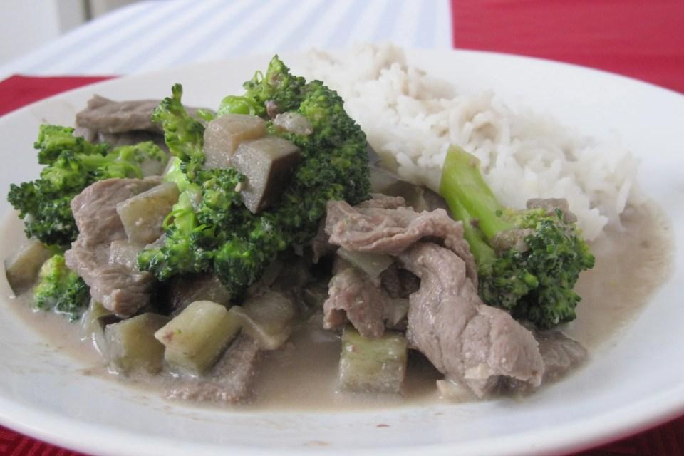 Rundscurry met broccoli