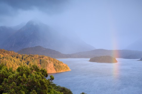 Sonnenaufgang über der Seenlandschaft bei Bariloche