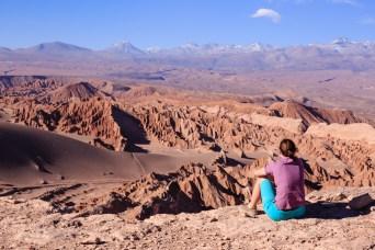 Katja genißet den Ausblick im Valle de la Muerte