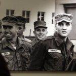Ein Bild des renommierten deutschen Fotojournalisten Robert Lebeck, das Elvis Presley im Jahr 1953 in Friedberg (Hessen) zeigt. (©picture-alliance)