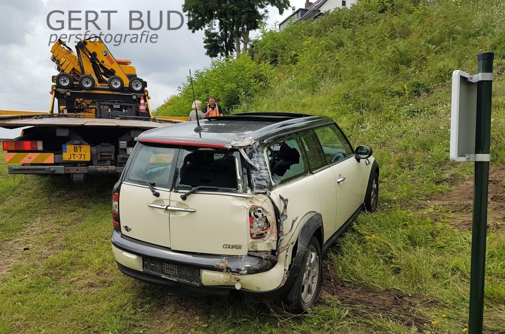Auto dendert van tien meter hoog talud