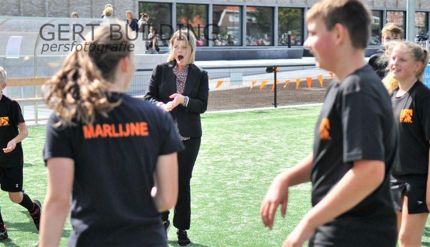 Open Dag Doelum, wethouder Marinka Mulder kan korfballen