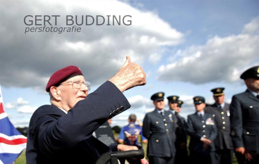 Ron Johnson eert in Wolfheze kameraden Royal Air Force