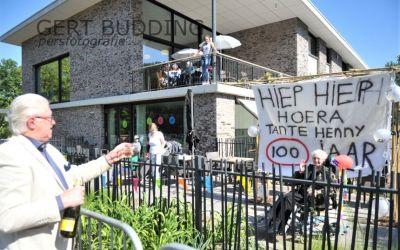 Terrasfeestje voor 100-jarige Hennie Pierunek-Peperkamp in Het Beekdal