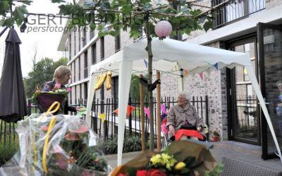 Burgemeester Agnes Schaap feliciteert 100-jarige Dora ten Böhmer-Visser in verzorgingshuis Het Beekdal Heelsum