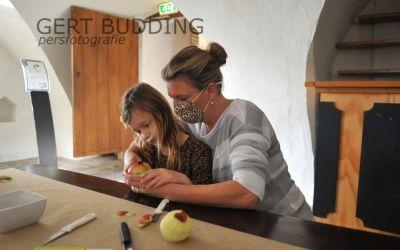 Fruit plukken boomgaard kasteel Doorwerth en dan smullen appelbollen