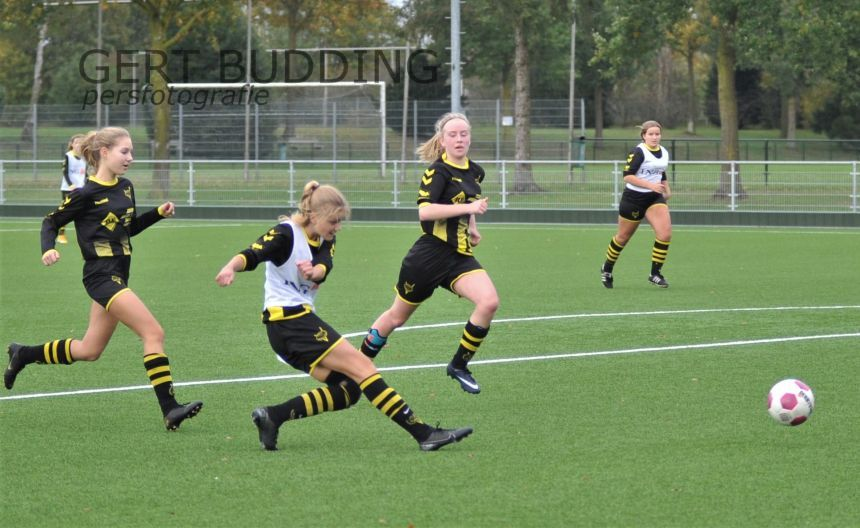 Meiden jeugdteams van Redichem leven zich heerlijk uit in onderlinge partijtjes