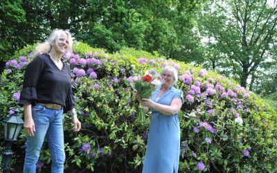 Heleen Mulder collecteert al ruim 40 jaar voor KWF, van Jose Aaldering kreeg zij bloemen
