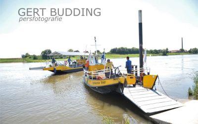 Bruin verbrande schippers oefenen met elektrische veerpont op de Rijn, wordt snel in gebruik genomen