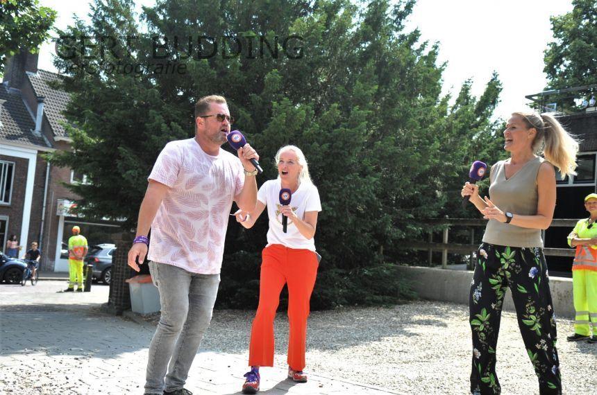 Omroep Gelderland trekt met 'Wandelhart' door Renkum, zanger Frans Duijts zingt op het kerkplein