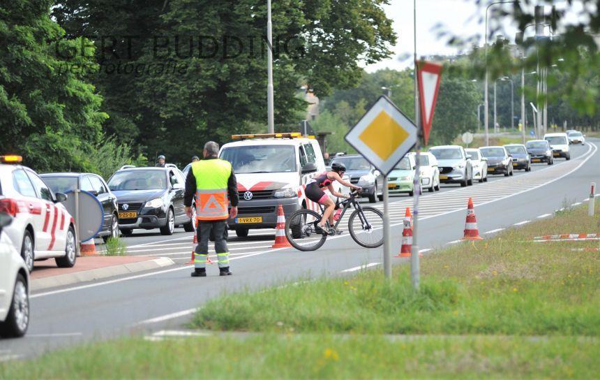 Verbaasde blikken, maar geen hinder voor verkeer bij Rijntocht  en Crosstriatlon