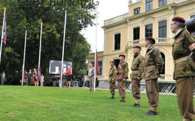 Met het hijsen van de Airborne vlag door 4 burgemeesters is herdenkingsmaand gestart
