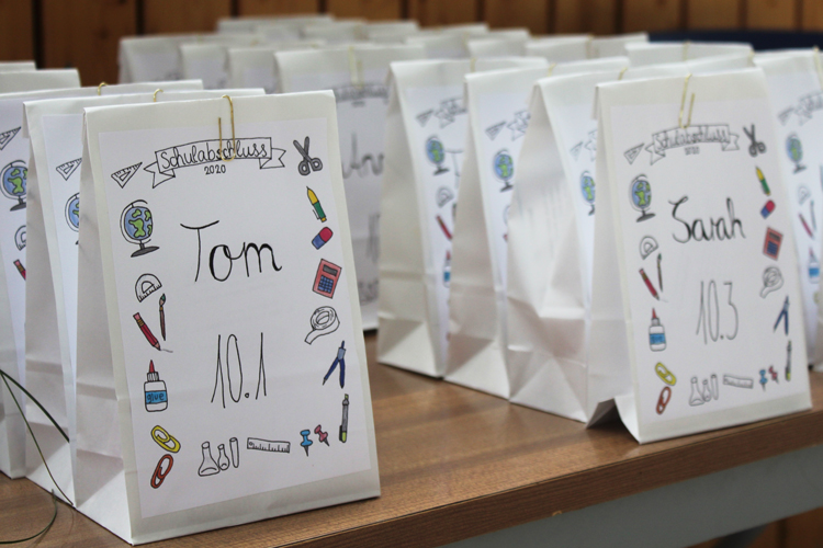 Feierliche Zeugnisausgabe der 10. Jahrgangsstufe_Schuljahr 2019-20_Geschenktüten