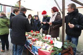 GSP_Weihnachtsmarkt_Verkauf-selbstgebastelter-Gestecke