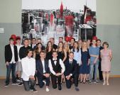 Gesamtschule-Petershagen_Abschlussfeier-Klasse-10-im-SJ-2015-16_-Klasse-10d-mit-Frau-Butenschoen