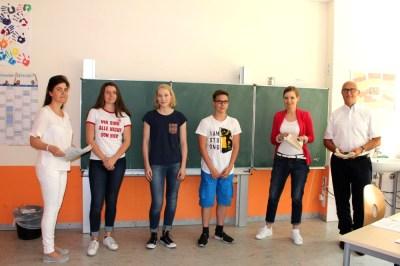 Gesamtschule Petershagen_NFTE-Ausscheid 2017_Die drei Sieger mit Frau Brueggemann und Herrn Enkelmann, 2. und 1. v. r.
