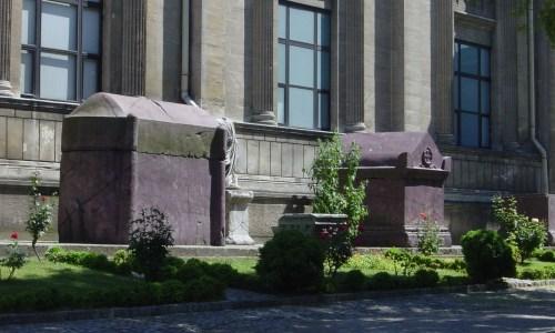 De sacrofaag van Julianus (links) bij het Istanbul Archaeological Museum.