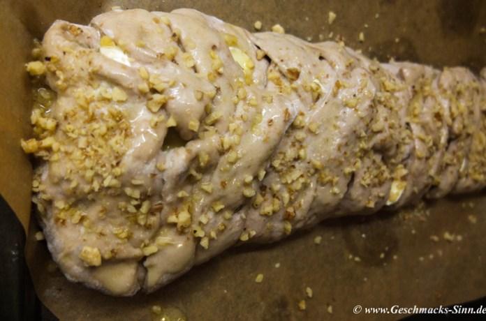 mit Butter bepinseln und mit Nüssen bzw. Käse bestreuen