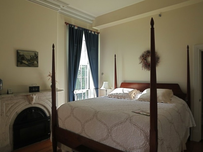 Four poster bed, high molded ceiling at Christopher Dodge House, Providence, RI