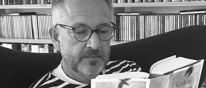 Peter Kraus vom Cleff reading Colum McCann's book Apeirogon. © All rights reserved