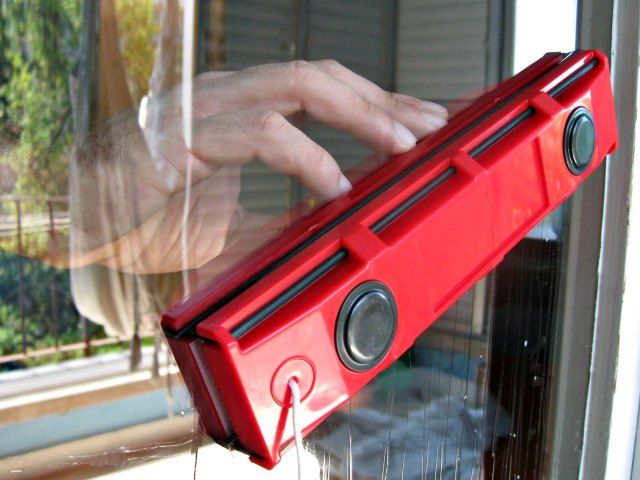 Glider D-3 Magnetic Window Cleaner Halves Cleaning Time