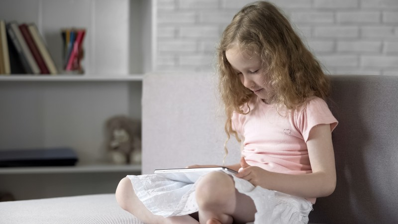 Kid using a reading app on a tablet