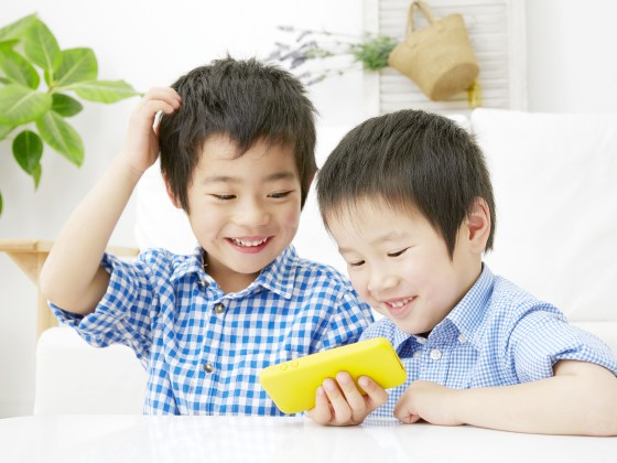 Preschoolers playing on a tablet.