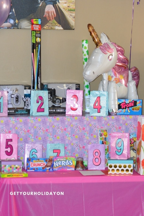 Want the prizes to look better than the cake? BUILD A PRIZE TABLE! Seriously, it doesn't matter if the cake looks like a million bucks. You add in a prize table to your party! OMG! You would think Beyonce herself was at your party! #play #party #minutetowinit #momlife