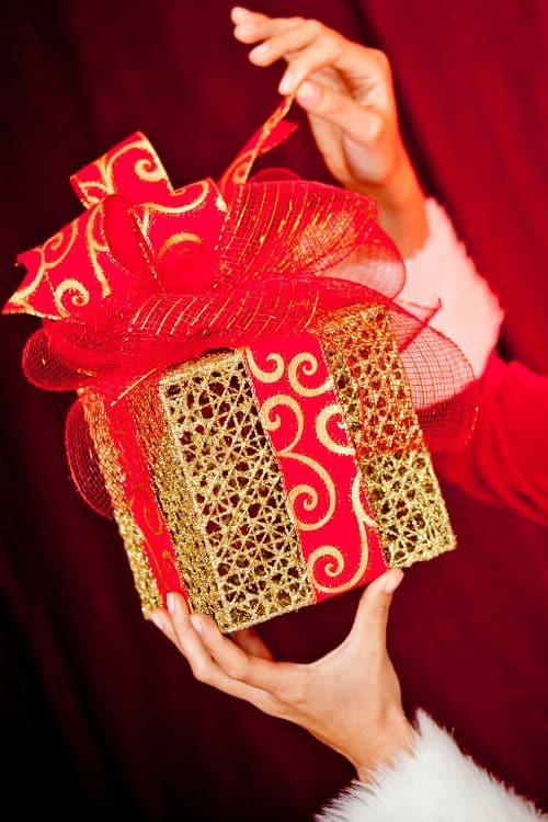 how to hand out gifts that's not boring! #creative #unique #gifts