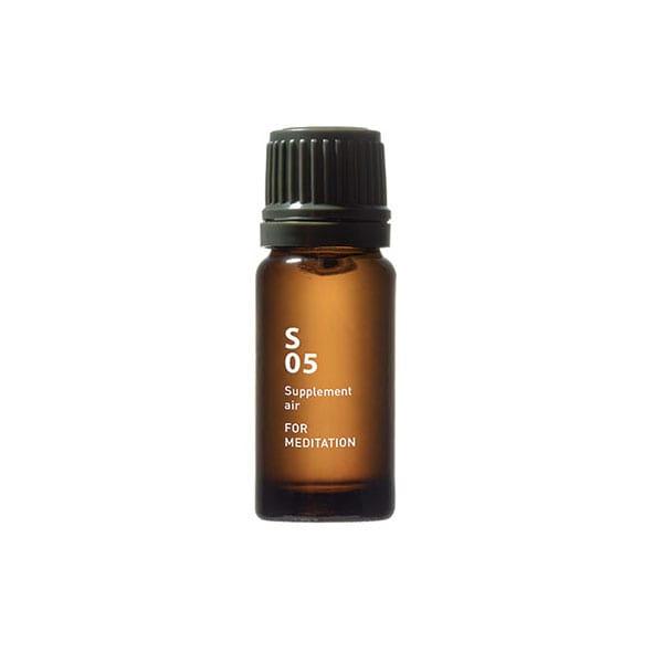 De S05 for meditation heeft een geur die kruiden, hout en specerijen combineert, die je ziel diep kalmeert. Ingrediënten: cipres, kruidnagel, rosalina, nerolina, eucalyptus, enz.