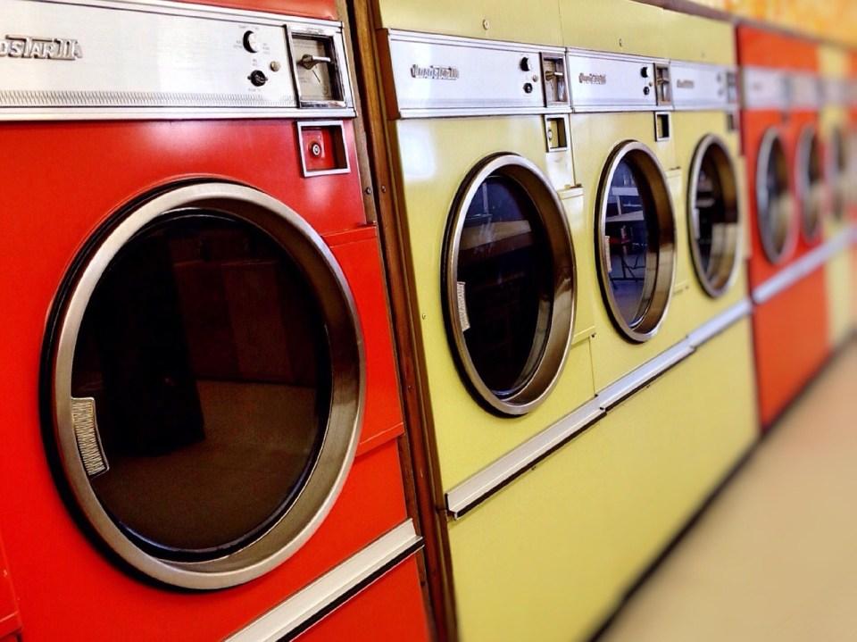 Rij gekleurde wasmachines
