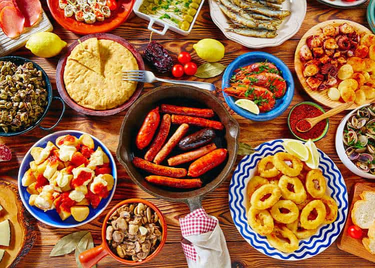 Tapas İspanya yemek alışkanlıklarında önemli bir yer tutulur ve günün her öğününde tüketildiğini görebilirsiniz.