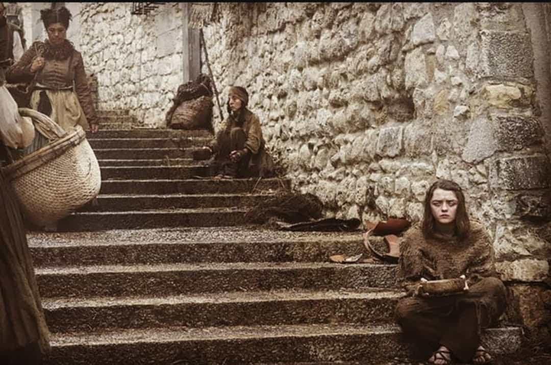 Game of Thrones'un bahtsız kızı Arya Girona'da dileniyor