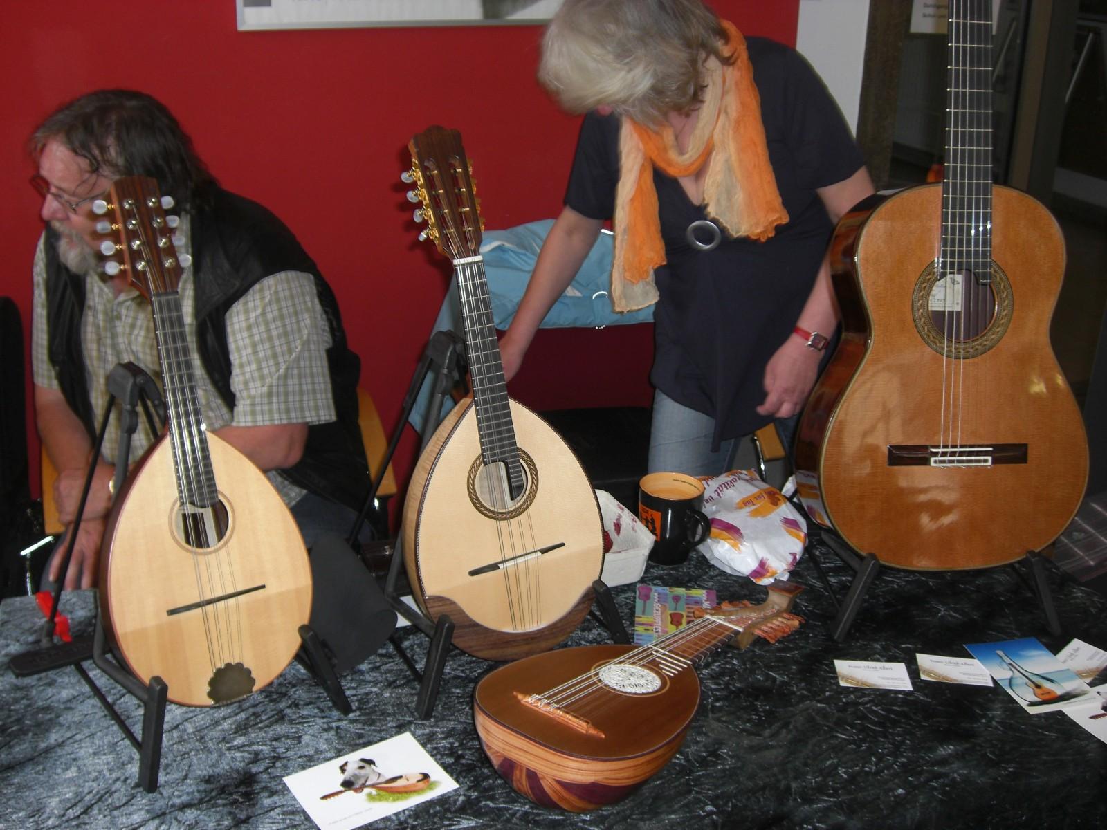 Mandoline, Barockmandoline und Gitarre am Stand von Franz-Ulrich Albert