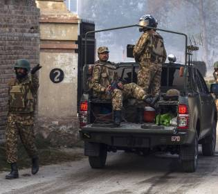 LLL - GFATF - Pakistan police say that gunmen attack security vehicle as five people are killed