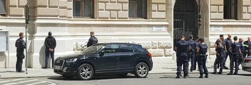 Man shouting Allahu Akbar spills gasoline at the city hall in Vienna