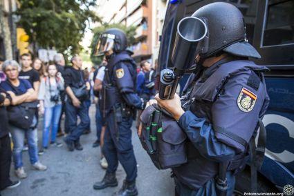 Bereitschaftseinheit der Guardia Civil mit Gummigeschossgewehr. Foto: Fotomovimiento via Flickr.