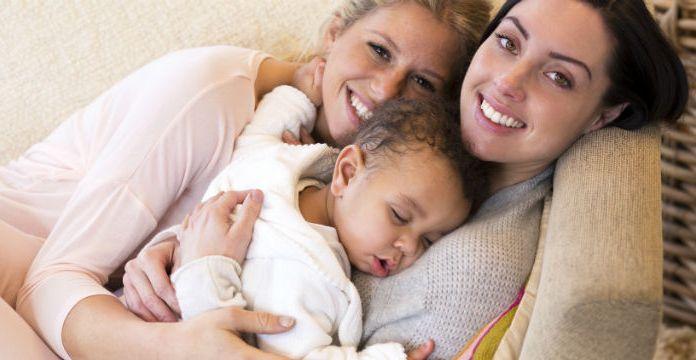 Regenbogenfamilie mit zwei Müttern