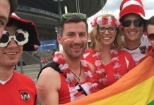 Christoph Krottmayer mit Freunden und Flagge