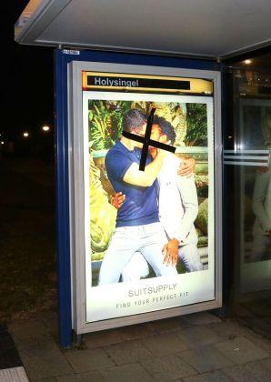 """Beschädigte Plakate von """"SuitSupply"""""""