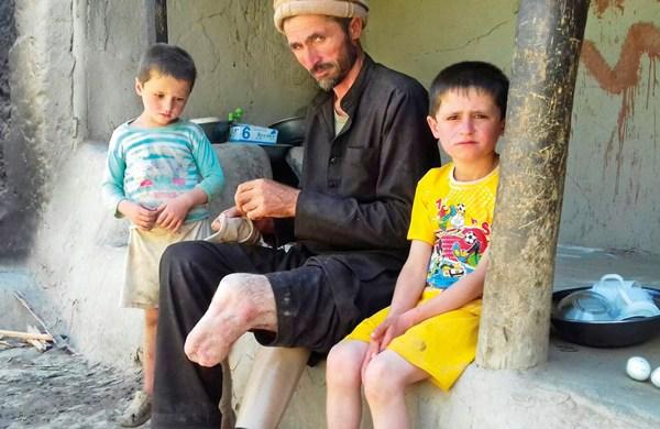 Minenopfer Rahmi Ali aus Darwaz Bala, Afghanistan, mit zwei seiner Kinder.