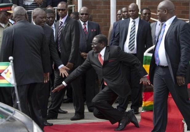 Mugabe fell down3