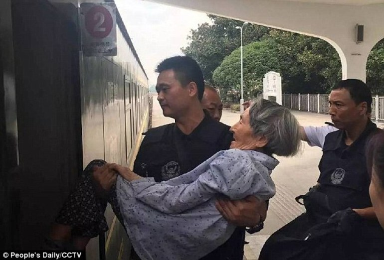 china-cop-helps-old-lady-train