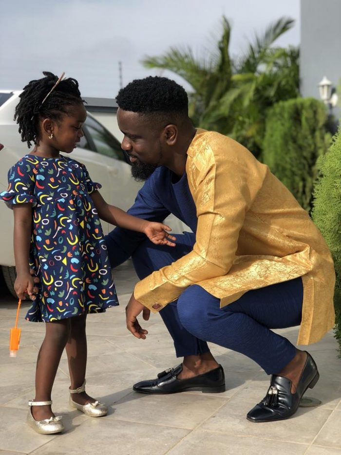 sark titi2 e1554048476156 - PHOTOS: Sarkodie Styles Himself In A Well-designed African Print After Being 'Medikalized' By 3Music Awards