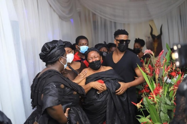 Sad: Musician Krymi consoles his mother as they bury his father (photos) 6